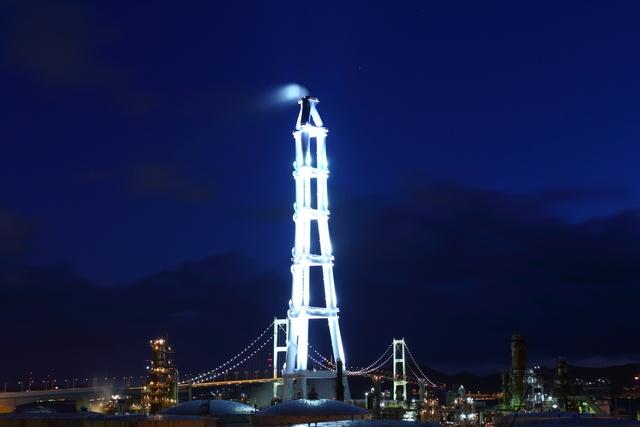 あれはなに!? 室蘭の夜空に幻想的な世界を彩る光のタワーが現る!