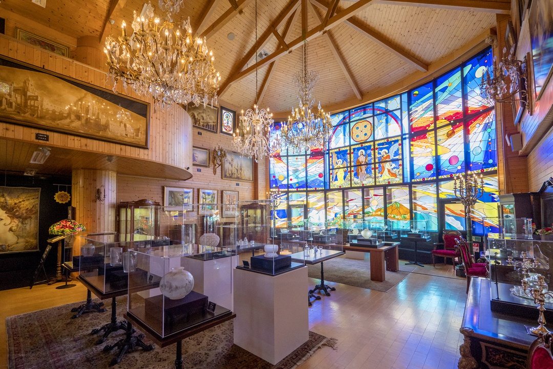ガラス張りの建物にガラス工芸品を展示―ガラスの美術館が新冠町に誕生