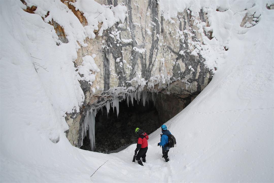 北海道一いや日本一?道南の巨大洞窟に広がる氷筍の森