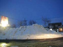 お店の駐車場には雪山が……