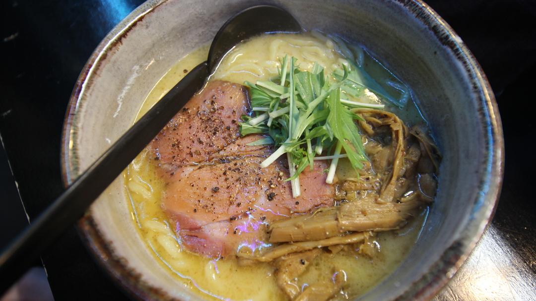 札幌すすきの「麺処 とりぱん」で鶏白湯スープのラーメンを味わう