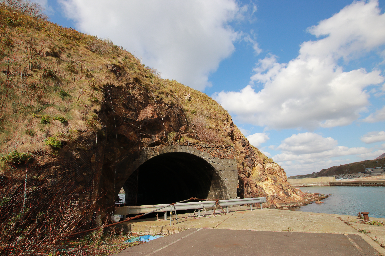 完成当時は東洋唯一だった!上ノ国町の珍しいトンネル漁港「石崎漁港」