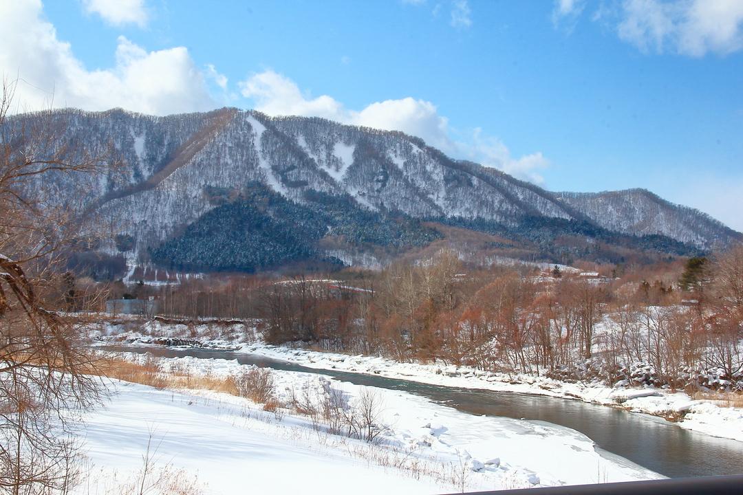 山の斜面に巨大文字が刻まれている!冬にしか現れない日高町の珍景