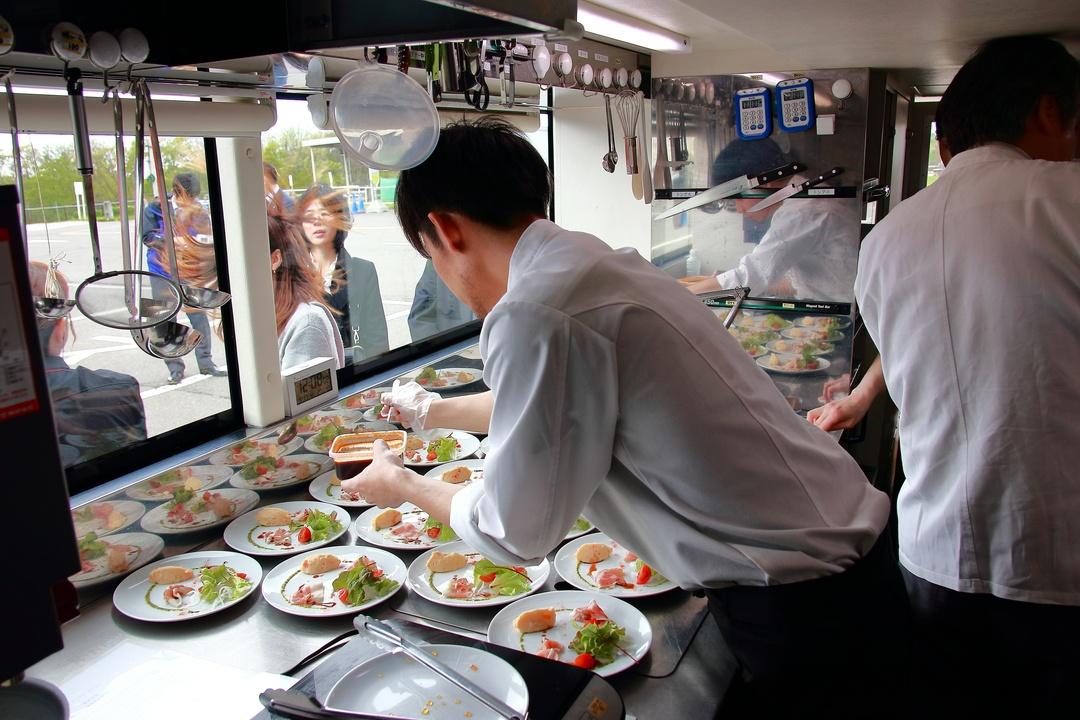 コース料理と車窓が同時に愉しめて地元にも詳しくなれるレストランバス