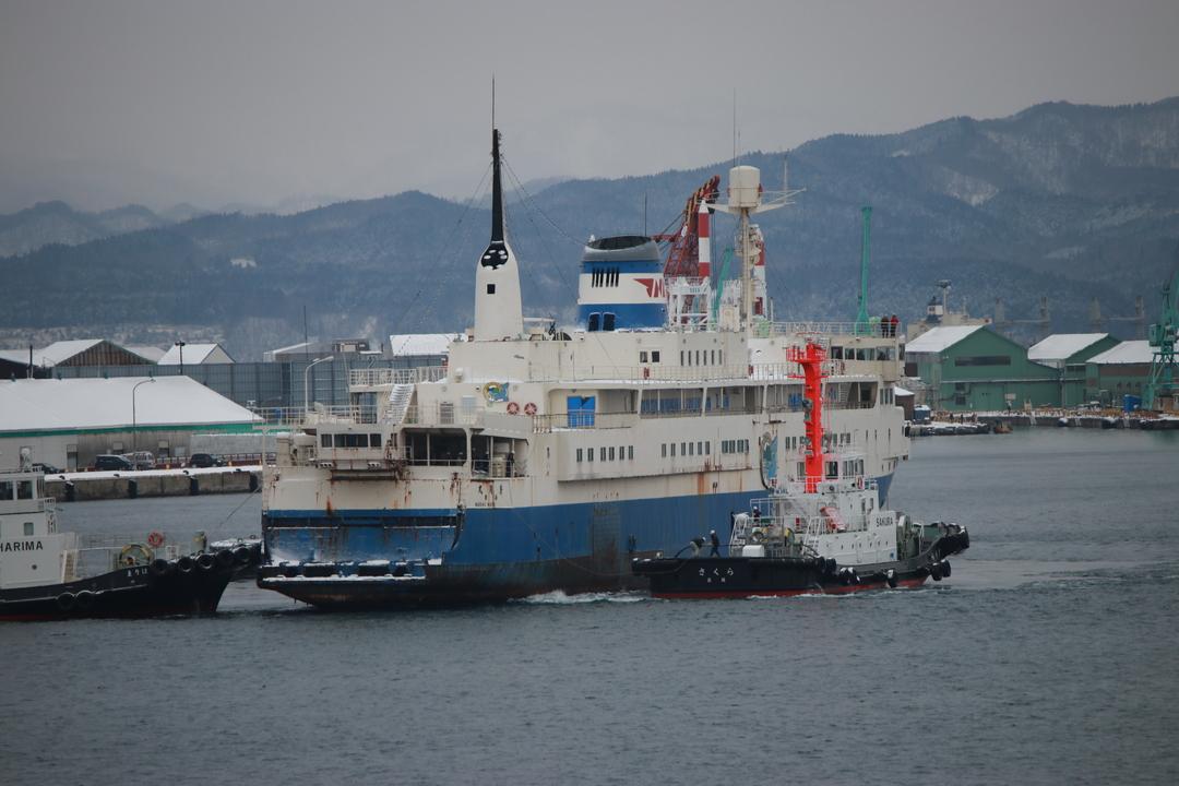 青函連絡船「摩周丸」が17年ぶりに離岸!タグボートで函館どつくへ曳航