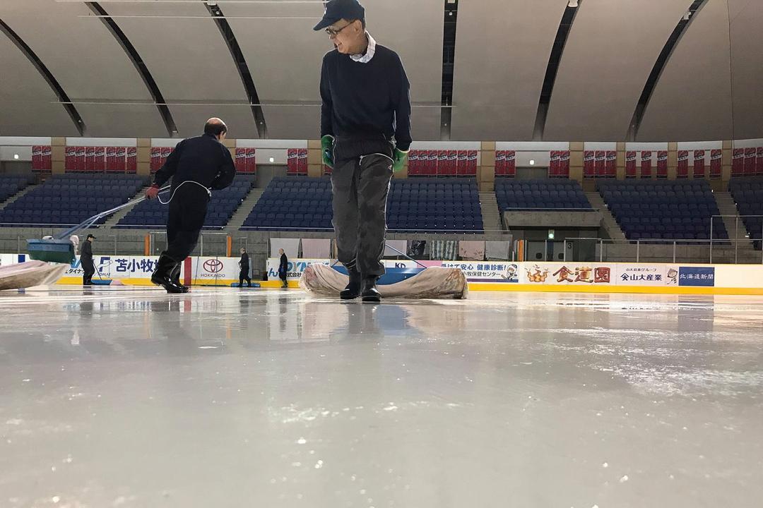 白鳥王子アイスアリーナが巨大な水鏡に!? 年に一度の解氷作業が話題
