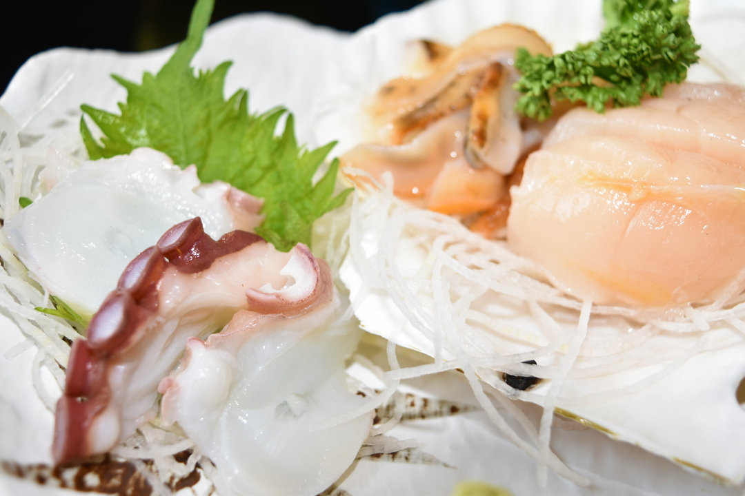 魚介の香ばしさを振りまき60余年―小樽市祝津「青塚食堂」で炭火焼き!