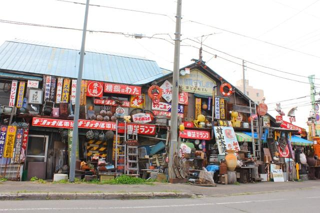 賑やかな外観のお店があちこちに! 旭川に骨董品店が多い理由とは?