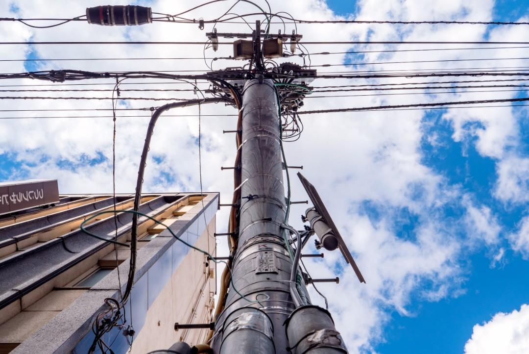 旭川市には曲がった電柱が並ぶ!? その謎に迫る