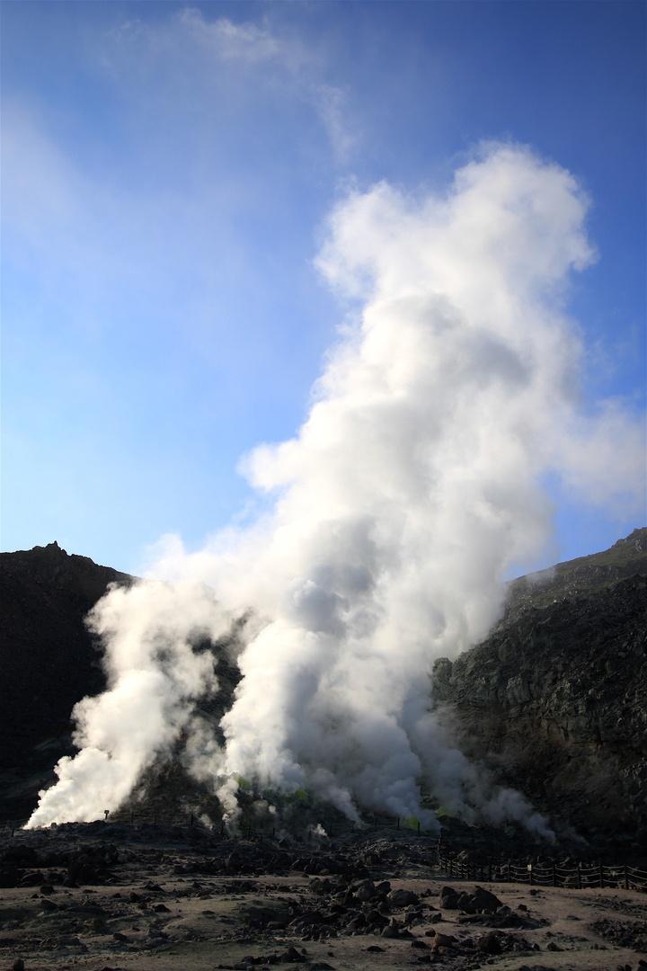 足元の噴気孔に注意!間近で見られる火山の姿―アトサヌプリ(硫黄山)