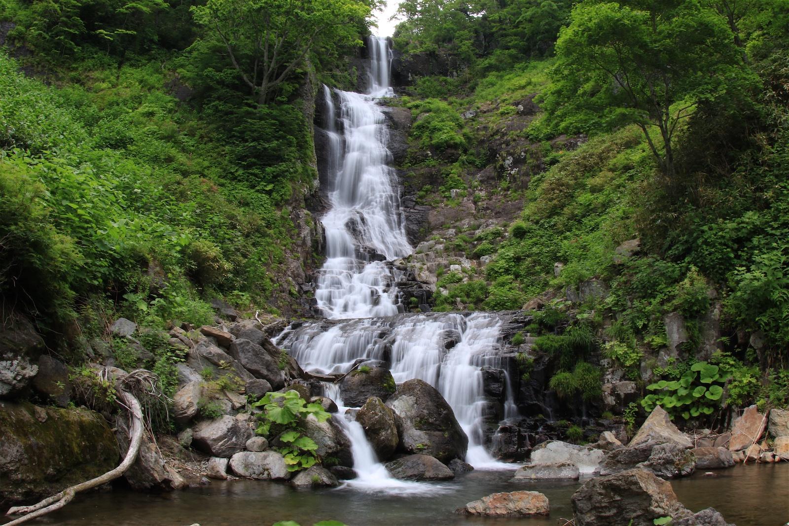 有名な滝が秘境化?滝壺なく階段状に流れ落ちる 千歳「美笛の滝」