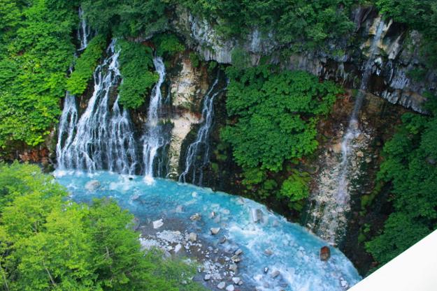 青い池だけではない!白金温泉の鮮やかな青い川「ブルーリバー」