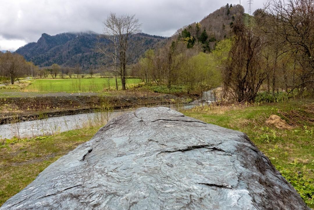 見た目は戦艦?クジラ?日本最大の結晶片岩 日高町「チロロの巨石」