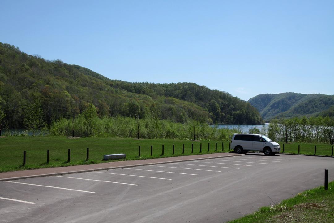 穴場の枯木のダム湖畔から人気の場所まで―赤井川村の2つのキャンプ場