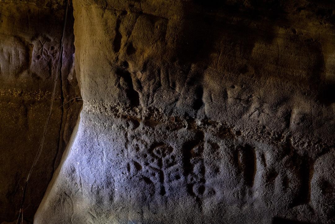 暗闇の中に刻画が!余市町「フゴッペ洞窟」で続縄文文化に思いを馳せる