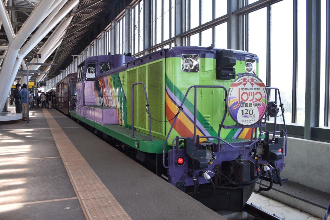 観光列車「富良野・美瑛ノロッコ号」でラベンダーと丘の風景を楽しもう