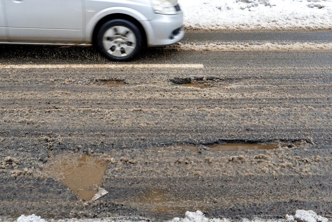 北国の道路は春先になるとなぜガタガタになるのか?そのメカニズムとは