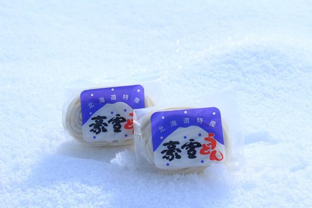 まるで雪のような白さ!男爵芋を使った「豪雪うどん」が大人気!