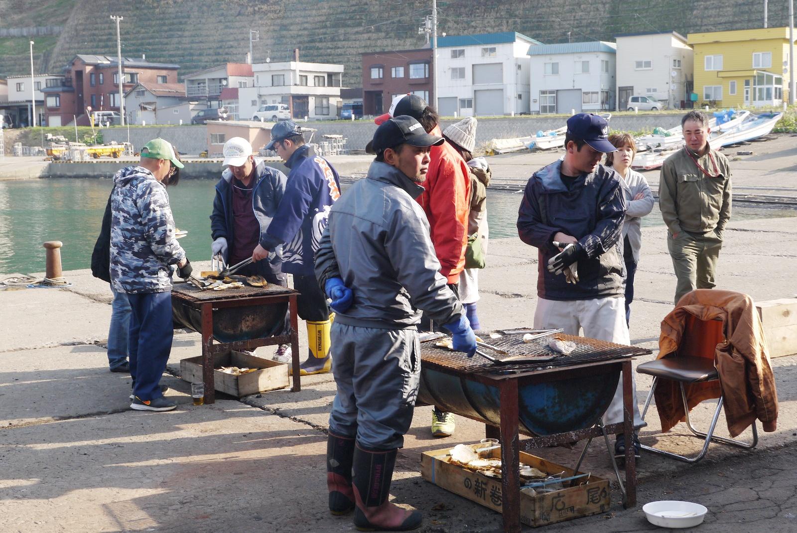 新鮮な海産物をその場で炭焼き!日曜限定・5月まで「浜益ふるさと朝市」