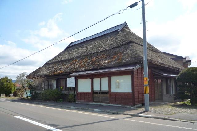 新函館北斗駅近くに歴史あり!茅葺屋根の古建築は何なのか?