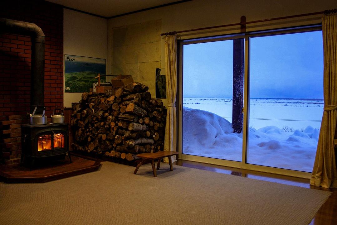 サロベツ原野の丘にポツンと木造民宿。その名は、あしたの城(じょう)!