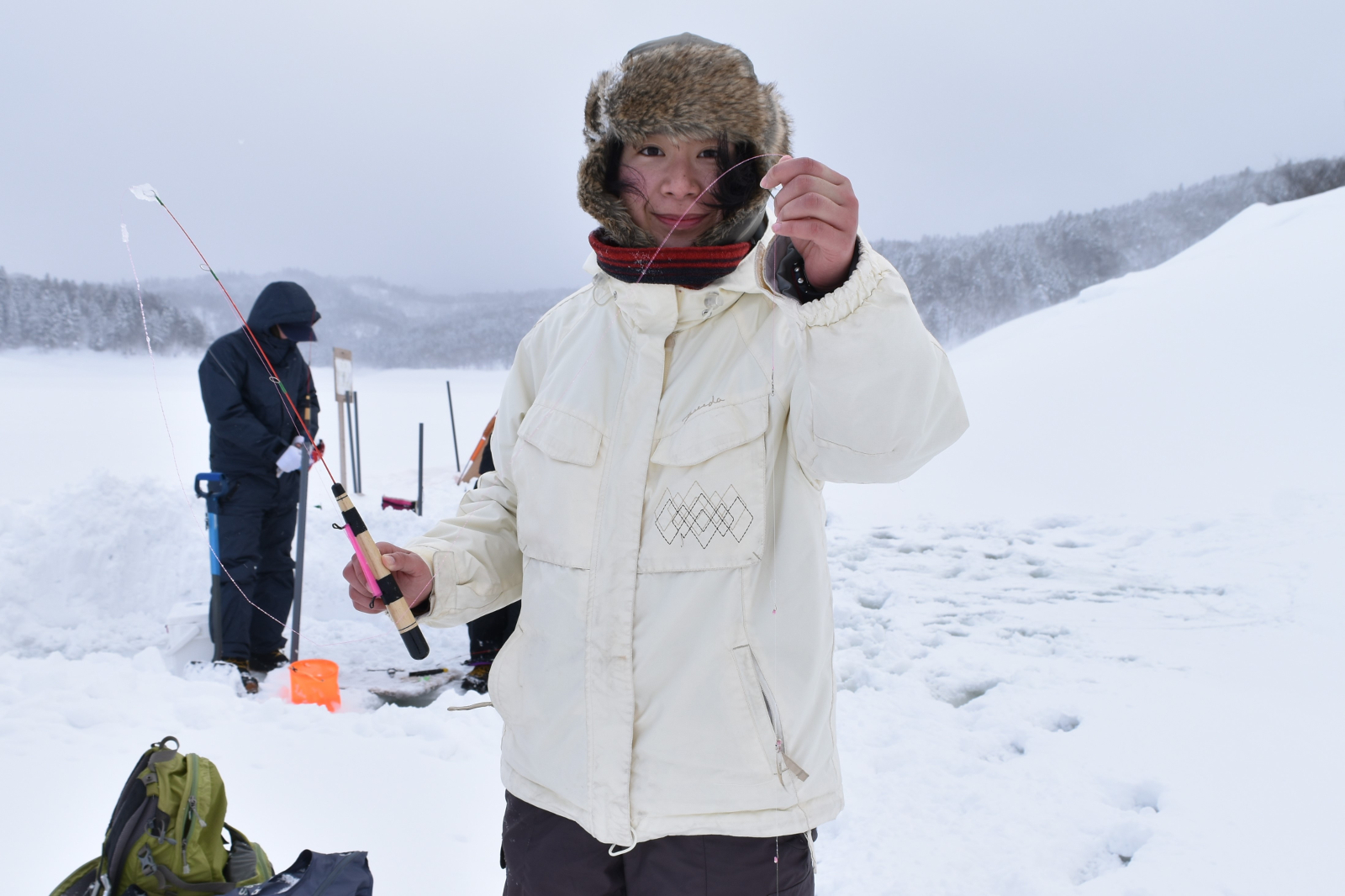 三笠市「桂沢湖」でワカサギ釣り!凍えた体は温泉と合鴨鍋で温めて