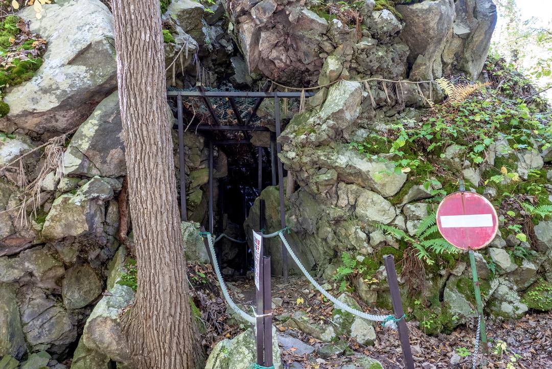 巨大な岩に大きな割れ目が!密かなパワースポット「大沼駒ヶ岳神社」