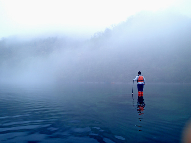まるで湖面を歩いているかのよう! 支笏湖にある「立てる」スポットとは