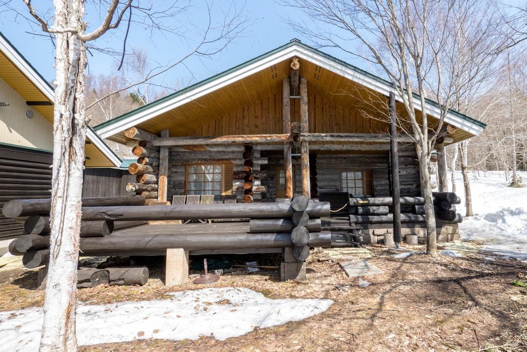 カナダの山小屋のような大自然のログホテル。岩見沢「メープルロッジ」