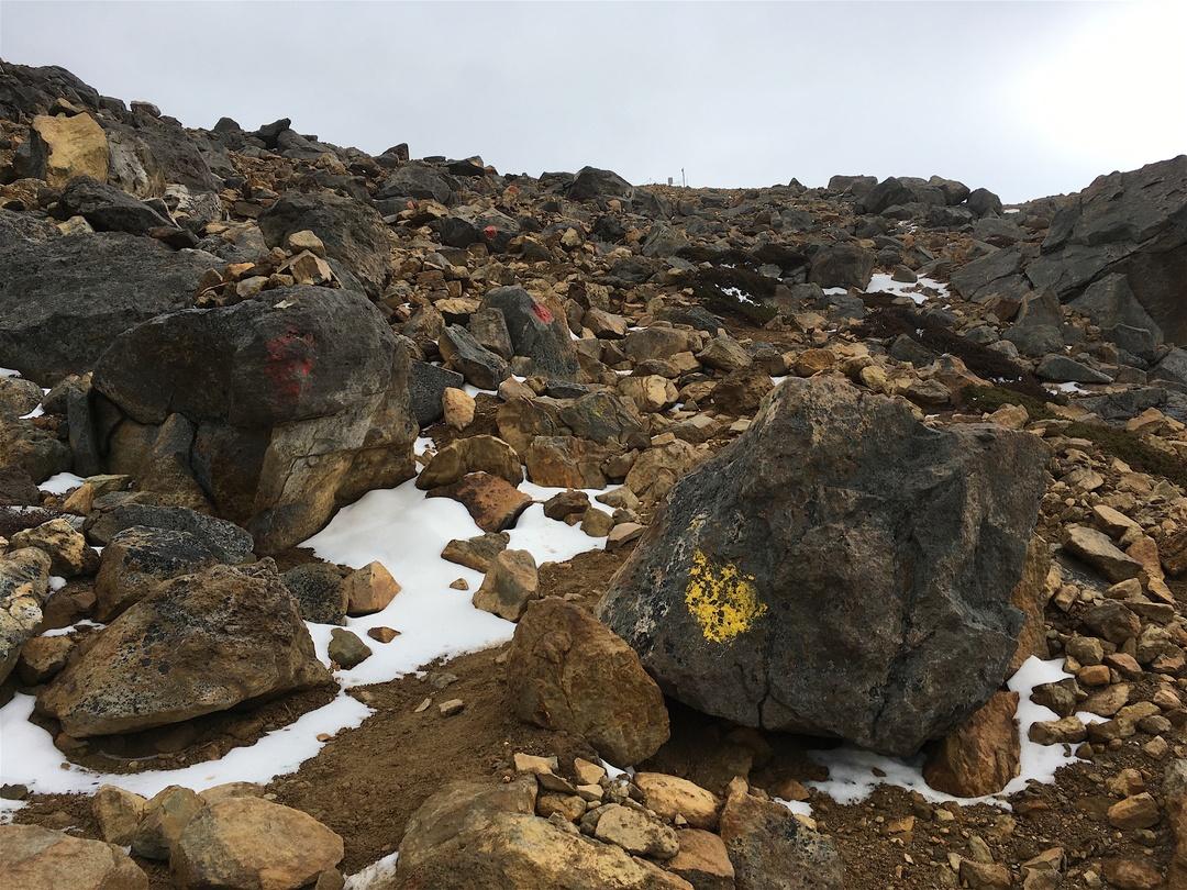 頂上には吸い込まれそうな火口が!日本百名山「雌阿寒岳」に登ってきた