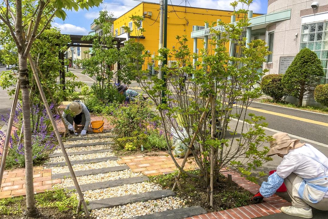 街を歩けば花、花、花!恵み野の住民が挑んだ花の街づくりストーリー