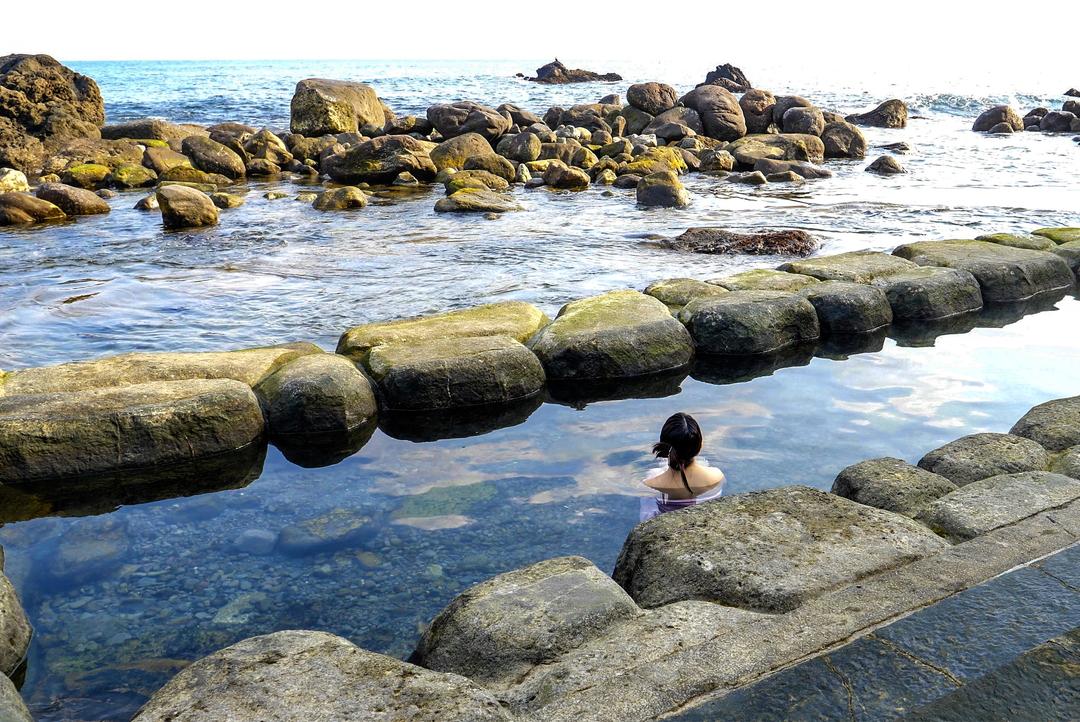 干潮時にしか入れない!波打ち際に露天風呂がある函館・水無海浜温泉
