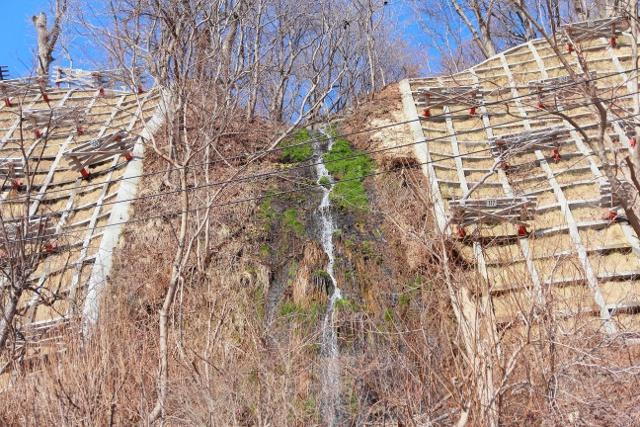 早春にしか現れない幻の滝!小樽手宮に春を告げる「御前水の滝」