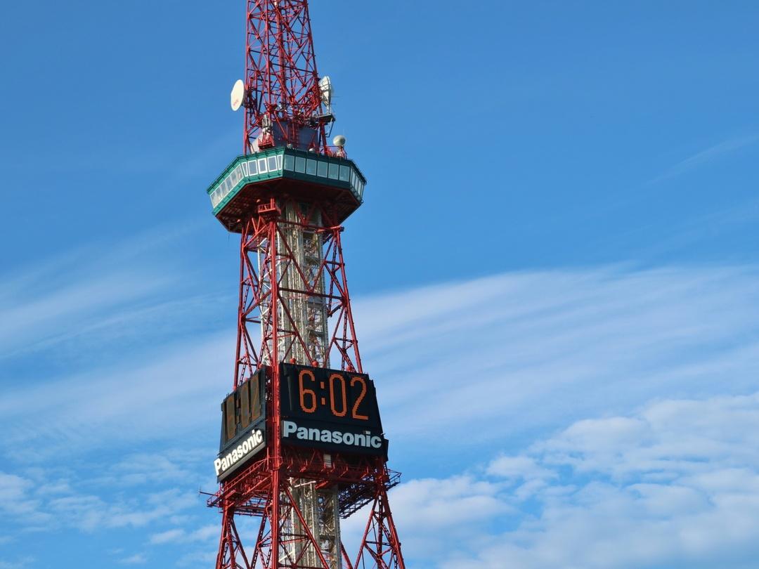 さっぽろテレビ塔の色って赤と緑じゃないの?その本当の色の名前とは