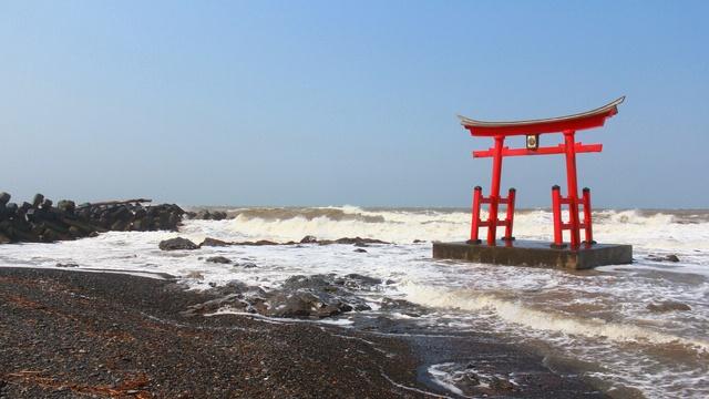 鳥居が海の上にある!初山別みさき台公園崖下に珍スポット金比羅神社