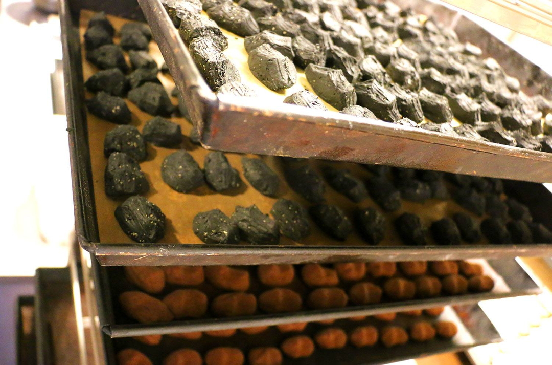 室蘭発「鐡の素クッキー」が評判!まるで鉄鉱石・石灰石・石炭そのもの