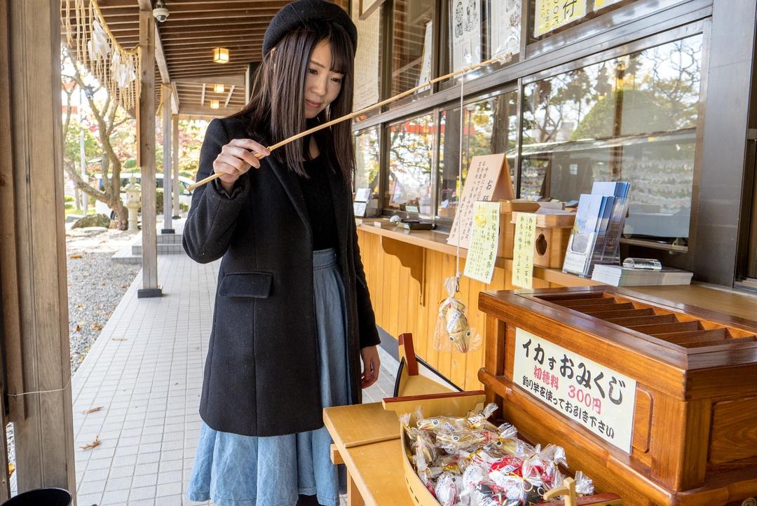 釣り竿でおみくじを引いたら、イカが釣れる!函館市「湯倉神社」