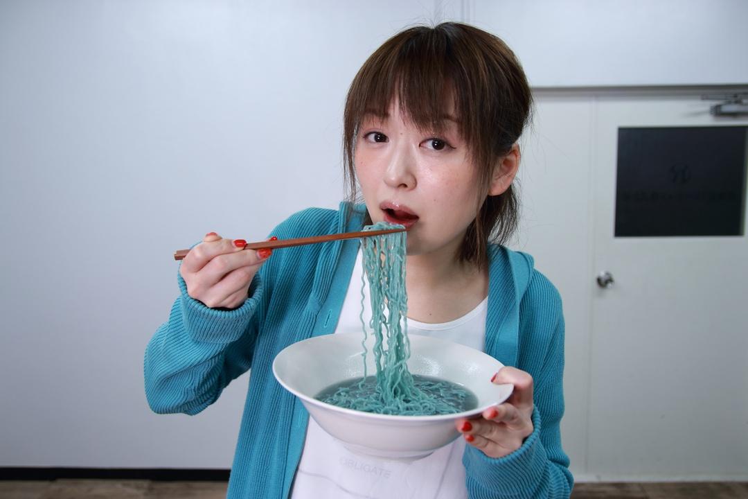 小樽出身ゾンベアーが「青いラーメン」を持ってきたので作ってみました